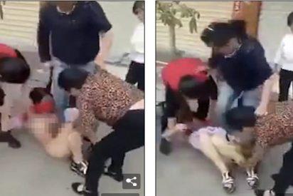 Una turba de mujeres ataca sin piedad a la amante embarazada del marido de una de ellas