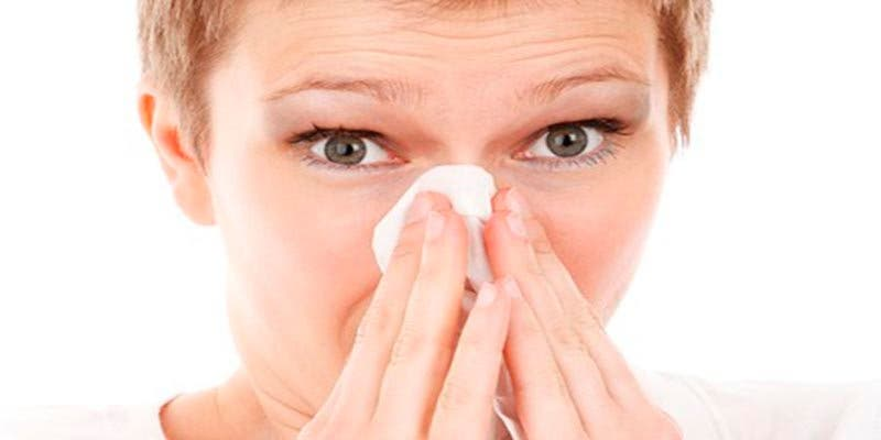 ¿Sabes por qué no debes taparte la nariz ni la boca al estornudar?