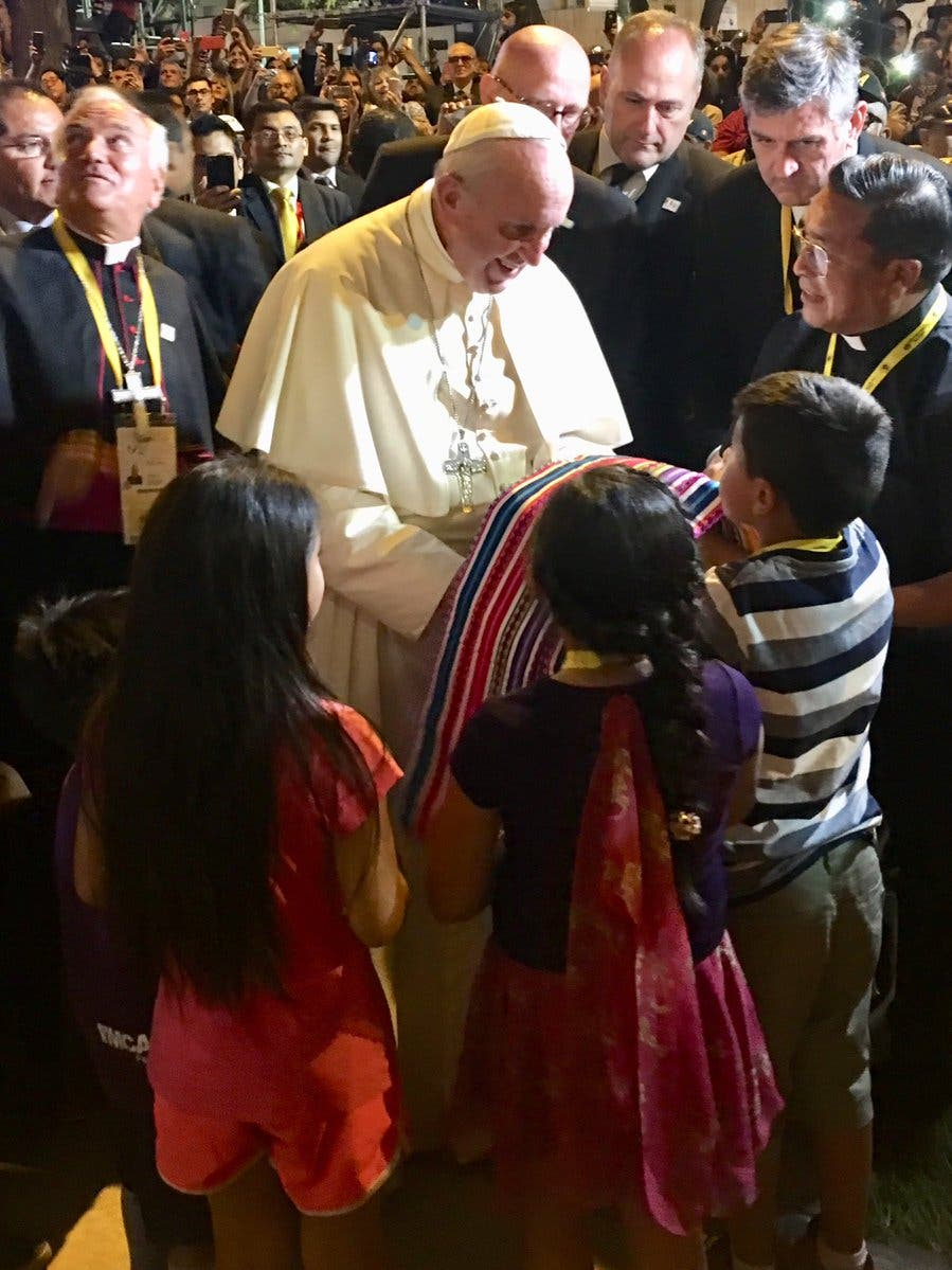 Francisco bendice a la comunidad de Manchay