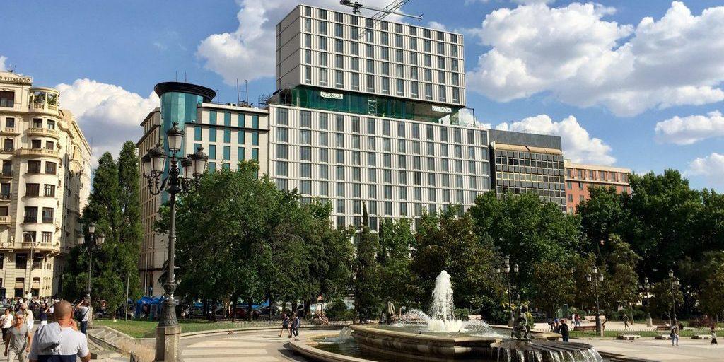 Miles de personas hacen cola más de 4 horas para entregar currículum en el hotel VP Plaza España