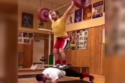 Este 'Hulk' ruso logra hacer una plancha con 200 kilogramos sobre su espalda