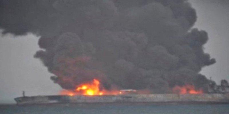 Terrible incendio tras la colisión de un petrolero iraní con un buque en el Mar de China