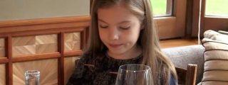 La cara de resignación de la infanta Sofía cuando ve lo que le han servido para comer