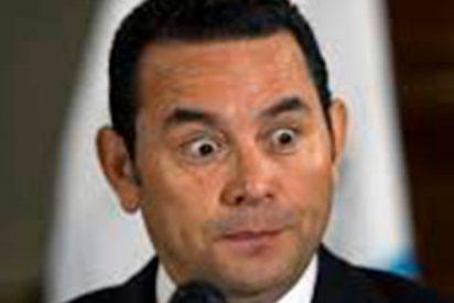 El presidente caradura de Guatemala exige a los contribuyentes que le paguen las copas que se toma y la ropa que lleva puesta