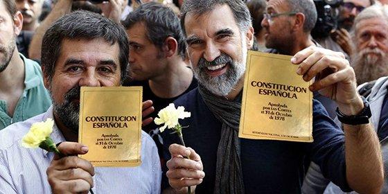 La cárcel aprieta y Los Jordis pasan por el aro de la legalidad, abrazándose a la Constitución y repudiando hasta el 1-O
