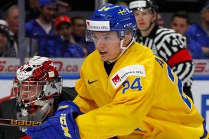 Jugador de hockey cabreado por perder el partido de su vida arroja su premio al público