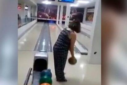 El ridículo y viral accidente de esta mujer en su primera vez en una pista de bolos