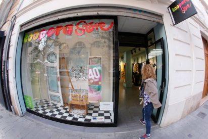 Las rebajas llegan a las tiendas de ropa de Cáritas Valencia y Koopera