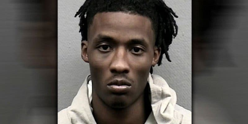 Ladrón armado suplica de rodillas que lo liberen de la tienda que acababa de robar