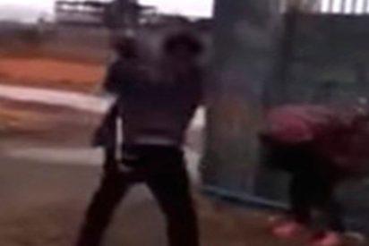 Esta ladrona intenta robar un paquete postal y recibe su merecido instantáneo
