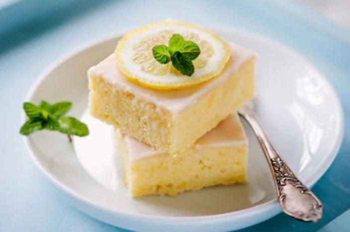 Pastelitos de limón o lemon bars con glaseado
