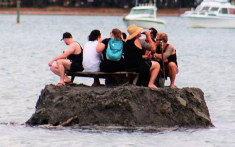 Los borrachuzos que crean una isla para burlar una prohibición al consumo de alcohol