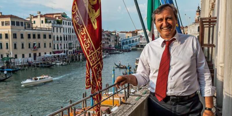 Luigi Brugnaro, alcalde de Venecia, arremete contra la política turística de la antisistema Colau