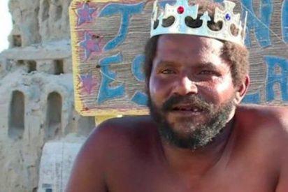 Este hombre lleva 22 años viviendo en un castillo de arena en una playa de Río de Janeiro