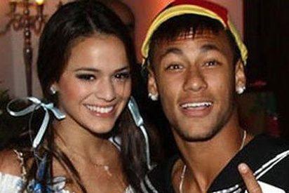 El topless de la novia de Neymar calienta a la parroquia y despeja dudas sobre su futuro con el crack