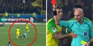 El árbitro pega una patada y expulsa al jugador que tropezó con él en el PSG-Nantes