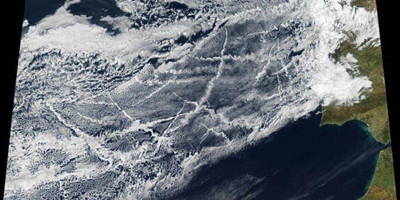 Los barcos que surcan el Océano Atlántico producen un mosaico de rastros brillantes en el cielo