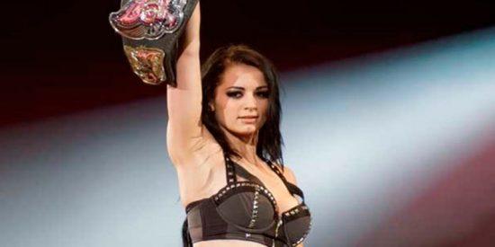 Así fue la sucia patada por la espalda que acabó con la carrera de la luchadora Paige de la WWE