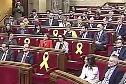 """Twitter arde con el penúltimo sainete del separatismo: """"El escaño es para los diputados, no para colocar lazos que parecen churros"""""""