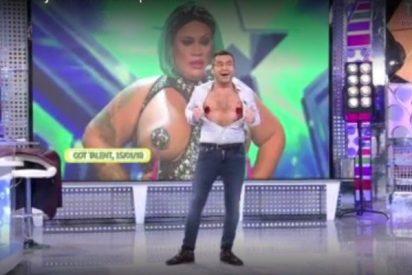 Un Jorge Javier Vázquez desatado, se pone pezoneras e imita en directo a Wendy 'Superpechuga'