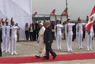 """Francisco llega a Perú como """"peregrino de la esperanza"""""""