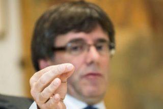 Cazan al prófugo Puigdemont dándole al 'amargo' champagne y la 'fría' langosta del exilio