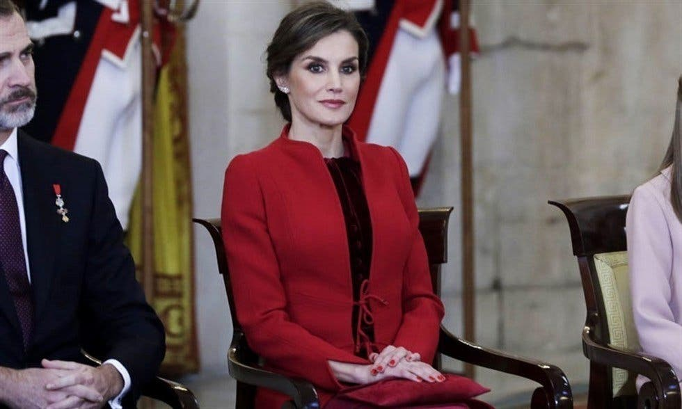 La Reina Letizia, rojo y Varela para el Toisón de Oro, cede el protagonismo a sus hijas