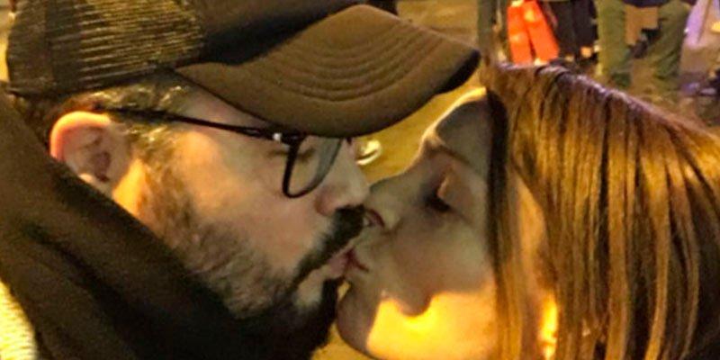 Así son los besos de Rufián de incógnito entre banderas de España