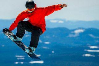 Así escapó este deportista extremo de una enorme avalancha de nieve