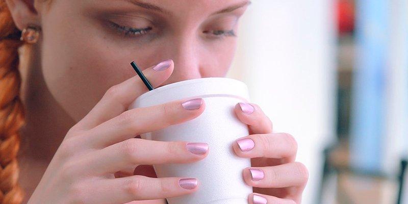 ¿Sabes por qué no debes tomar café en un avión?