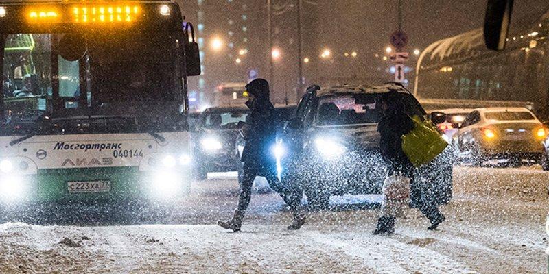 'Superwoman': Mujer rusa es atropellada por un coche pero sigue caminando como si nada