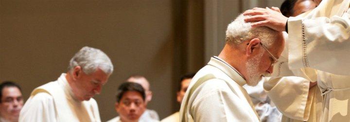 """La Santa Sede planea ordenar sacerdotes a """"ancianos casados"""""""