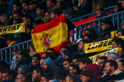 ¡Con un par!: Un valiente cuela una bandera española en el Camp Nou entre 20.000 mensajes independentistas