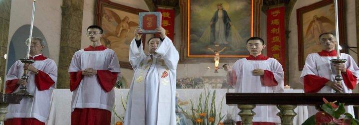 """Dos obispos """"patrióticos"""" con parejas e hijos, el único escollo para el acuerdo Pekín-Roma"""