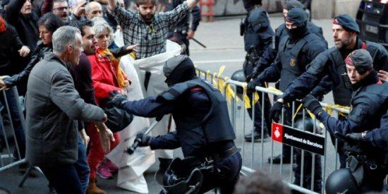 """Con estas porras calientan las cacerolas 'indepes' los mossos: """"¡Hijoputas!"""""""