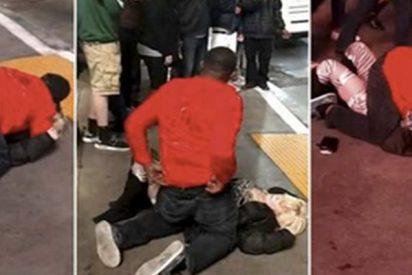 Este hijo de perra abusa sexualmente de esta joven borracha en una calle sin que nadie intervenga