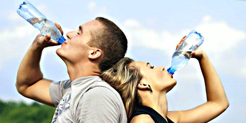 Beber mucha agua ayuda a adelgazar