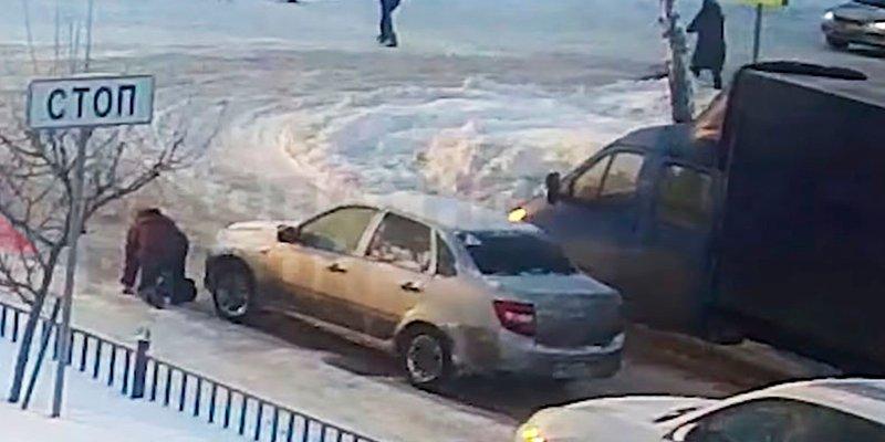 Este hijo de perra ve caer a una mujer y la atropella con su coche