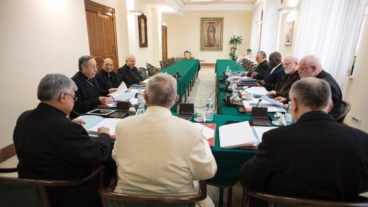 """El C-9 debate sobre si dotar de """"autoridad doctrinal"""" a las conferencias episcopales"""
