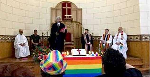 La IEE pone la Biblia en el 'altar' del orgullo gay