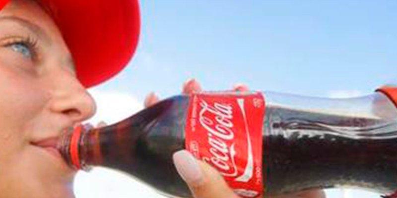 ¿Sabes que le pasó a una mujer que consumió 30 latas de Coca-Cola al día durante 20 años?