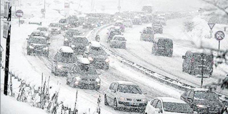 El temporal de nieve obliga a cortar 26 carreteras y a circular con cadenas en 95