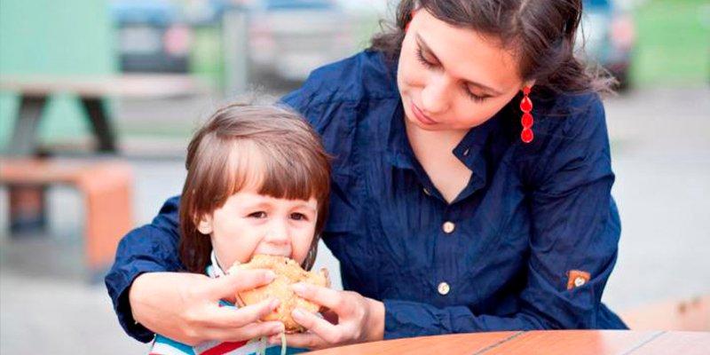 ¿Sabes que las 'comidas para llevar' aumentan el riesgo cardiovascular y de diabetes en los niños?