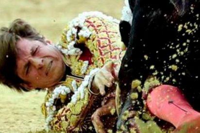 El Juli sufre una aparatosa cornada en Bogotá y aguanta hasta al final indultando a un toro