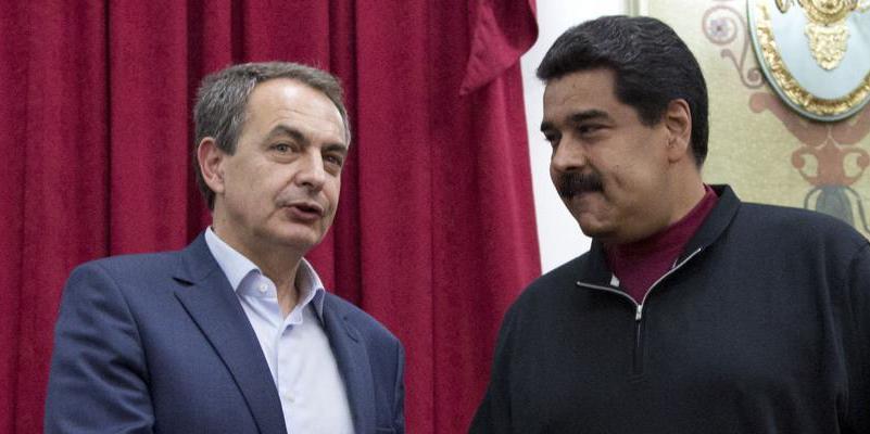 Zapatero se abraza al dictador Maduro y pide a la oposición que suscriba las elecciones