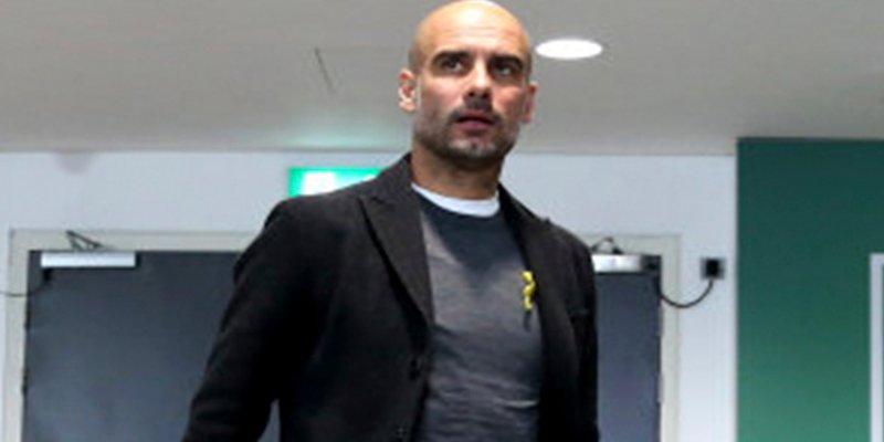 Guardiola reta a la federación inglesa luciendo el lazo amarillo en Wembley