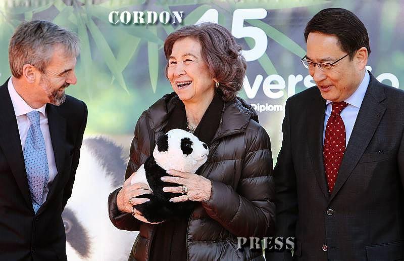 La Reina Sofía vuelve al zoo para visitar a 'sus' osos pandas