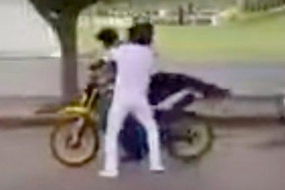 Los estudiantes dan una paliza de espanto a un cutre ladrón de motocicletas