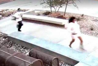 Dos tontos muy tontos, huyen de un robo y entran en el edificio de la Policía a esconderse