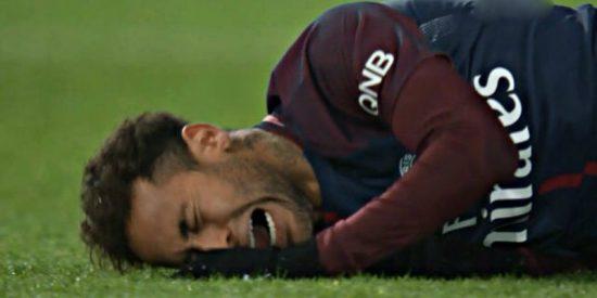 Neymar, lesionado, abandona el campo en camilla y es duda ante el Real Madrid